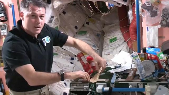 Astronaut ISS laat zien hoe je een broodje smeert in de ruimte