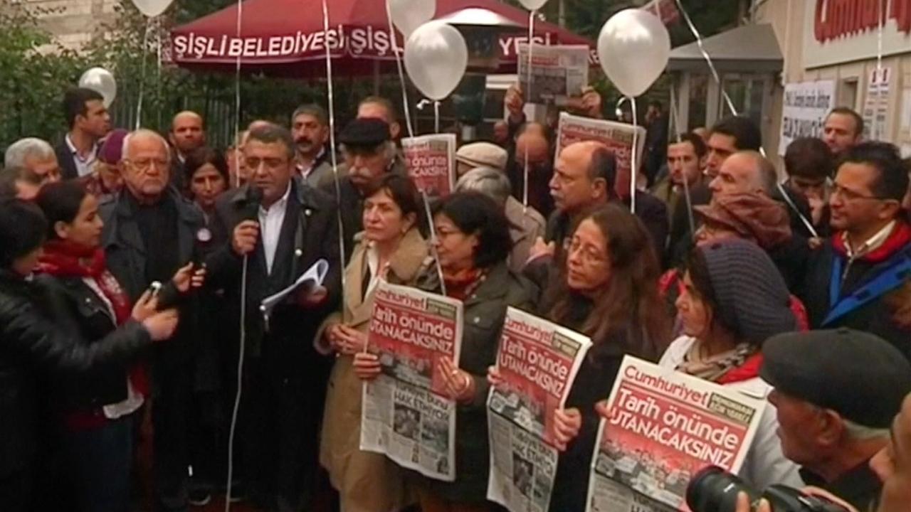 Aanhangers oppositie verzamelen zich voor redactie Cumhuriyet