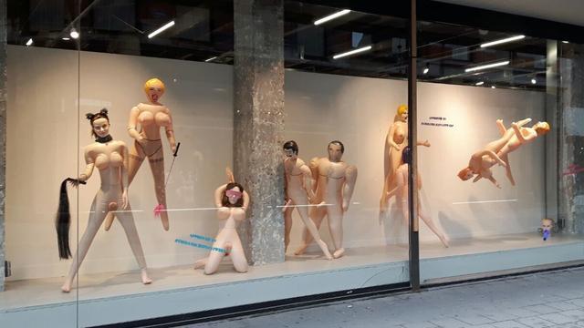 Politie haalt sekspoppen weg uit kledingwinkel Antwerpen
