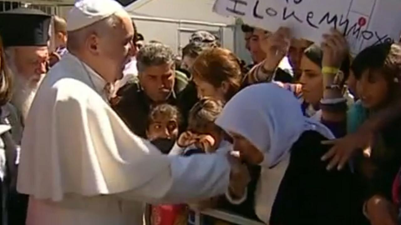 Paus bezoekt vluchtelingen op Griekse eiland Lesbos