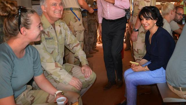 Kamervoorzitter Arib op bezoek bij militairen in Mali