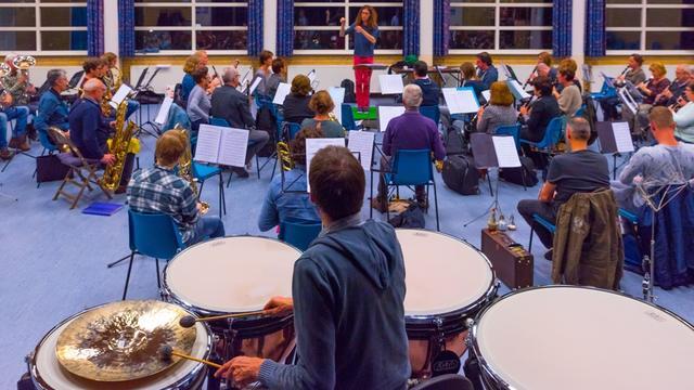 Muziekvereniging Oranje treedt op met slagwerktrio Percussive