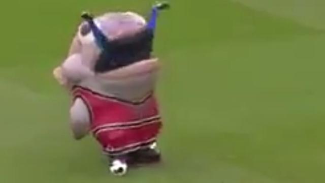 Amerikaanse mascotte 'eet' voetballer op in Engeland