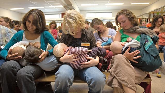 Selfie tijdens borstvoeding aangemoedigd door Verenigde Naties