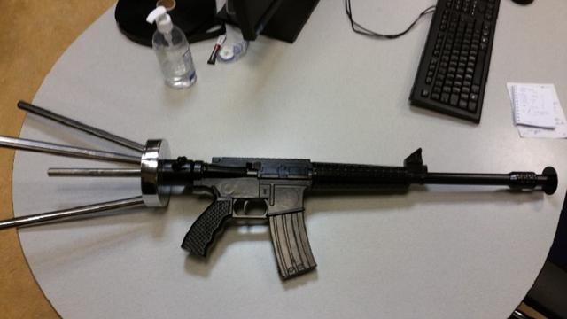 Politie grijpt in om waterpijp in vorm van M16-geweer