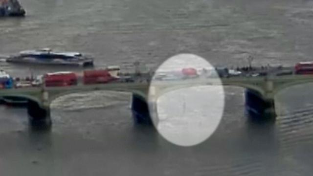 Beelden tonen hoe aanslagpleger over stoep Westminster Bridge rijdt