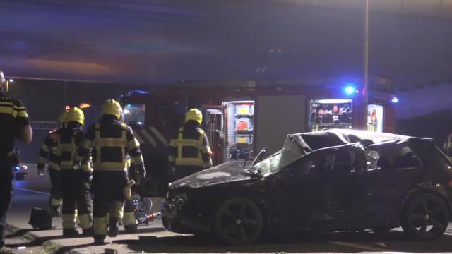 Automobilist rijdt van viaduct en belandt op A2