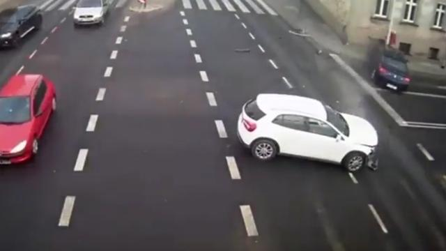 Paal voorkomt ernstig ongeluk met voetganger in Polen