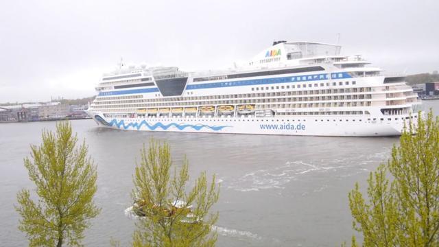 Enorm cruiseschip keert op het IJ