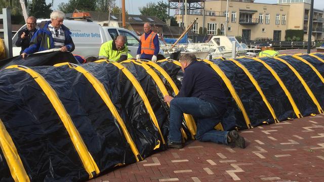 Mobiele waterkering gedemonstreerd bij Steenbergse Haven