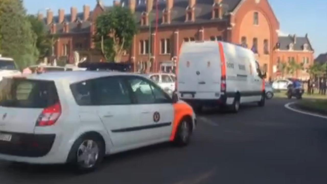 Hulpdiensten komen met loeiende sirenes aan in Charleroi
