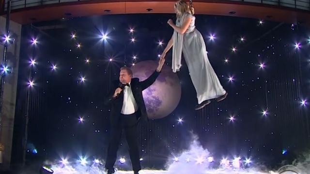 Alles gaat mis tijdens optreden James Corden en Kristen Bell
