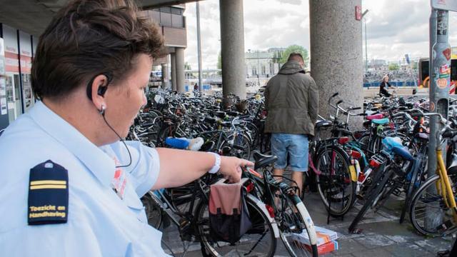 """Op pad met de fietshandhaving: """"Niet alle mensen zijn boos!"""""""