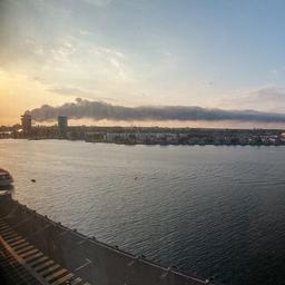Brandweer start met inrukken na grote brand havengebied Amsterdam