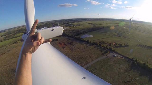 Zo ziet het eruit om van een 61 meter hoge windmolen springt