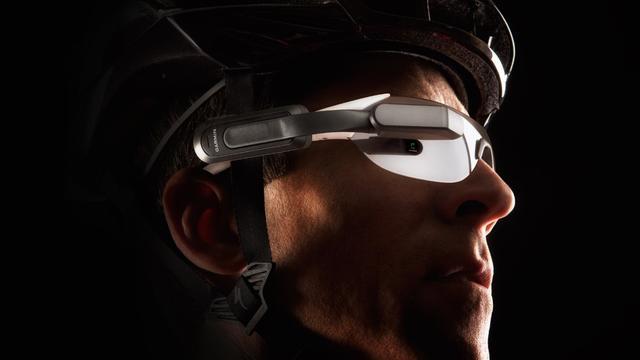 Headset voor fietsers waarschuwt voor verkeer van achteren