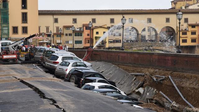 Twintig auto's zakken weg in centrum van Florence