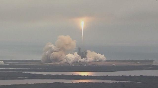 Eerste lancering zelflandende raket SpaceX sinds ontploffing vorig jaar