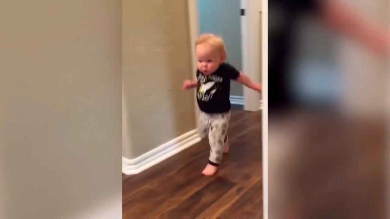 Jongetje schrikt zich dood van zijn opa