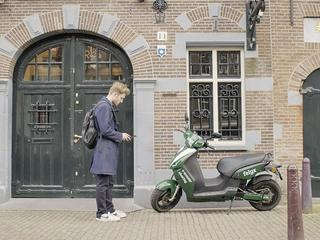 Via een app kunnen gebruikers een scooter huren