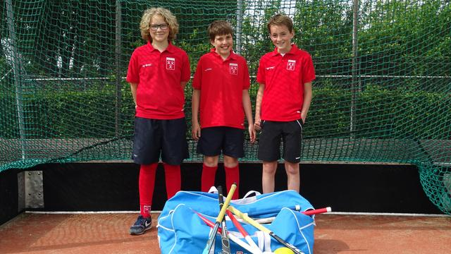 Drie jongens van twaalf jaar organiseren hockeyclinic