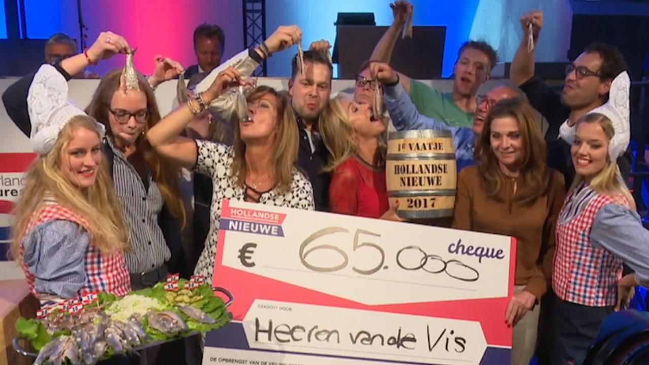 Eerste vaatje Hollandse Nieuwe levert 65.000 euro op in Scheveningen