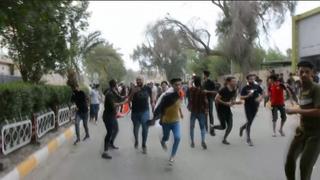 Demonstranten vluchten voor geweervuur bij protesten in Irak