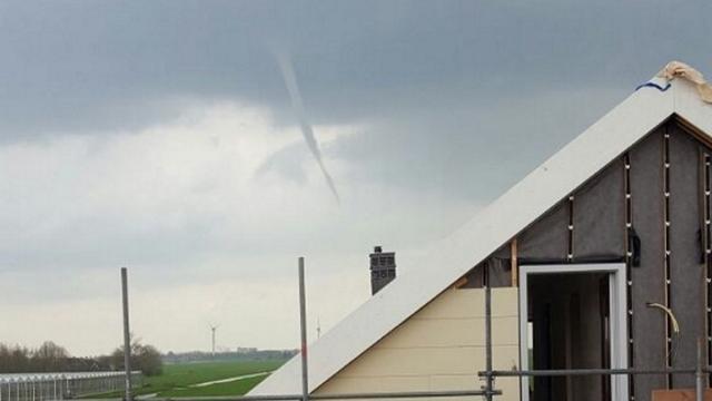 Windhoos boven Zoeterwoude