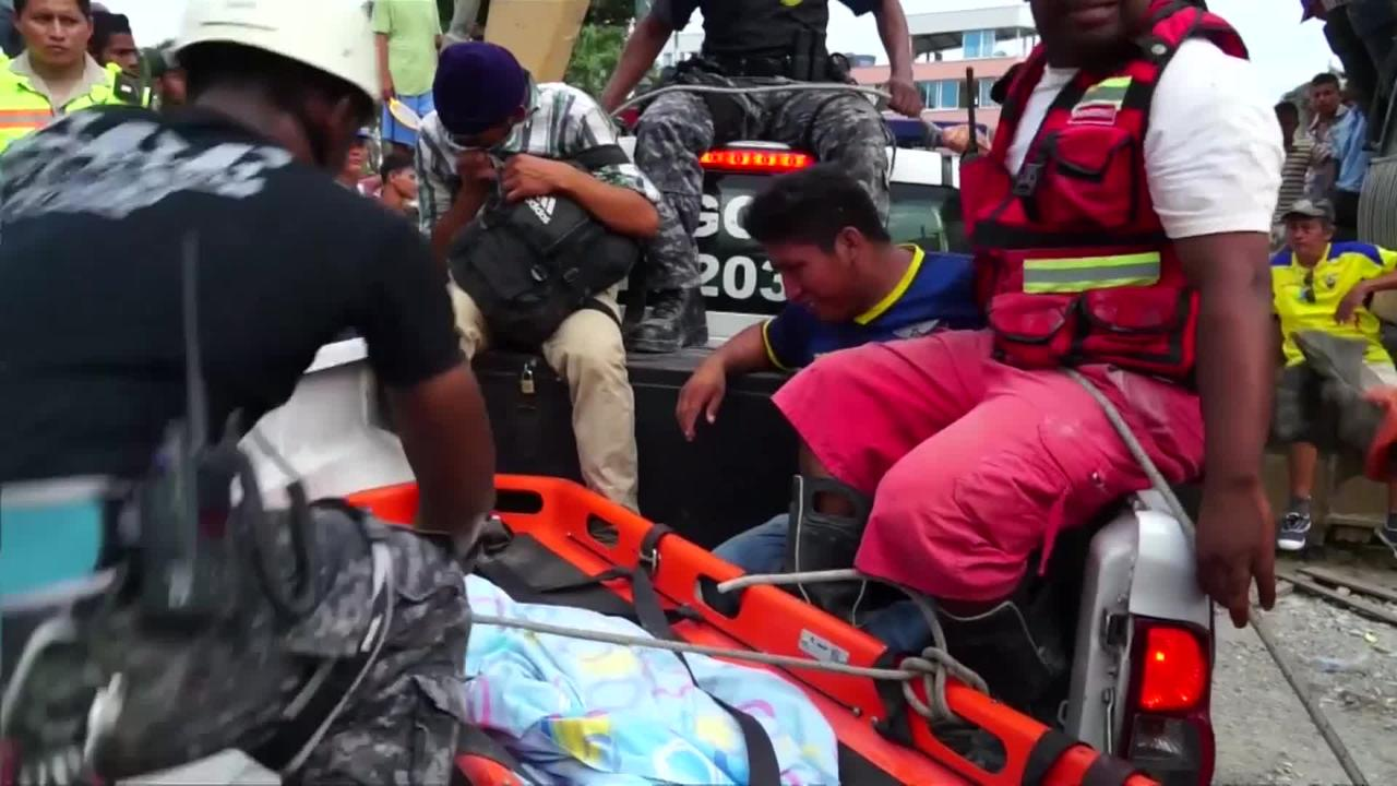 Reddingswerkers zoeken naar overlevenden aardbeving Ecuador