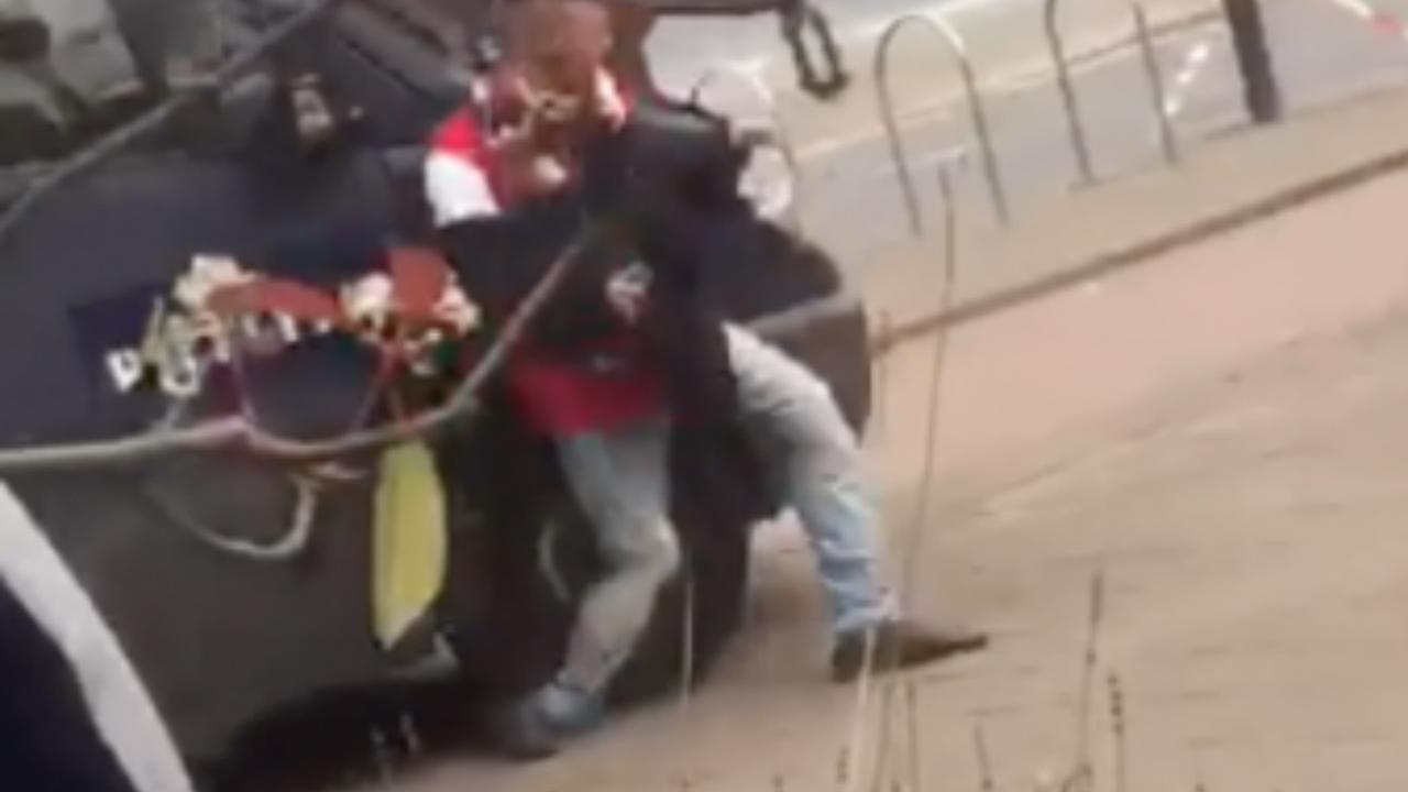 ME-busje rijdt over been van man bij rellen in Rotterdam