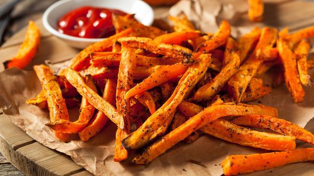 Knapperige zoete aardappelfrietjes maak je zo
