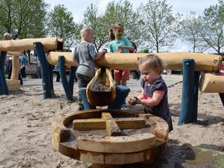 Wethouder opent waterspeeltuin met zwengel aan waterpomp