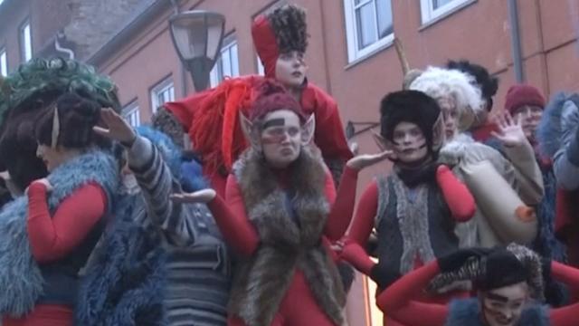 Denen herdenken trol met lange borsten tijdens festival