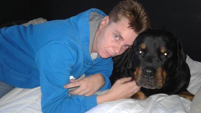 Baasjes Mikey zoeken vrouw die hun hond schopte