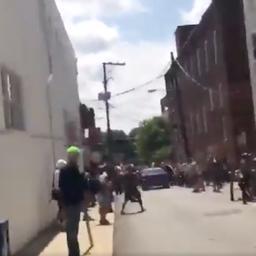 Video: Auto rijdt in op stoet en schept demonstranten in Charlottesville