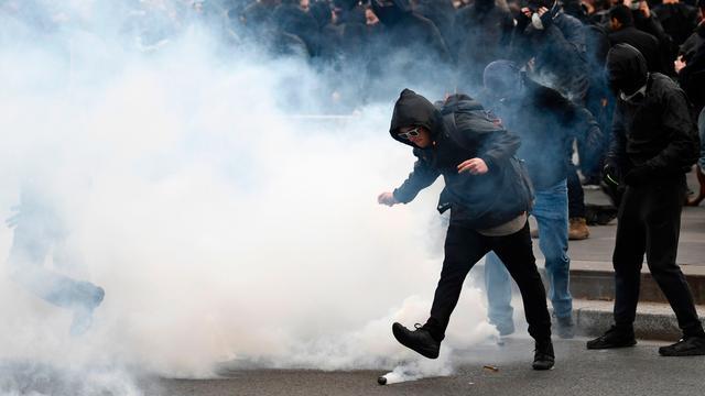 Franse politie zet traangas in bij betoging tegen politiegeweld in Parijs