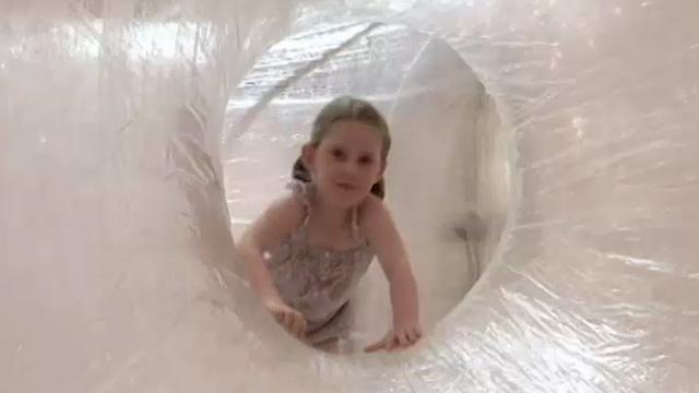 Amerikaanse kunstenaar maakt speeltoestel van 56 kilometer tape