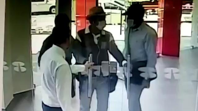 Bankmedewerker voorkomt overval door deur te sluiten in Mexico