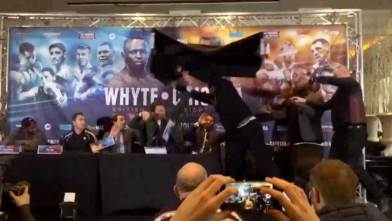 Bokser gooit tafel naar tegenstander tijdens verhitte persconferentie