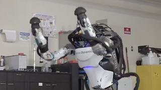 Mensachtige Atlas-robot maakt met gemak handstand en salto