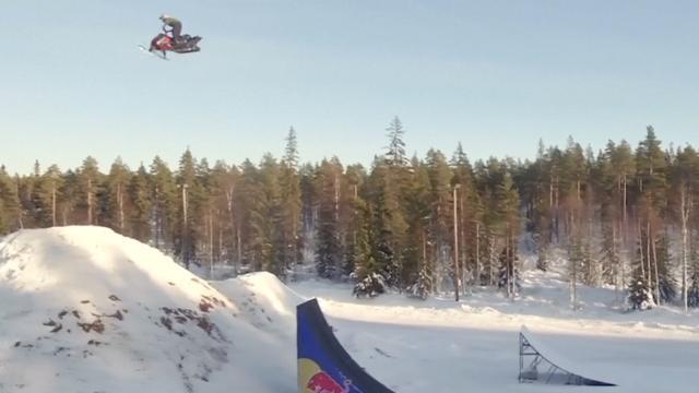 Zweed doet eerste dubbele achterwaartse salto op sneeuwscooter ooit