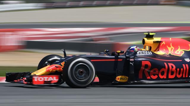Verstappen rijdt snelste tijd bij ochtendsessie testdag Barcelona