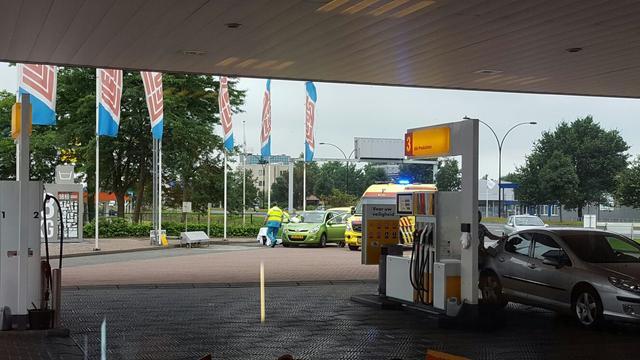 Vrouw bevalt bij tankstation in Almelo