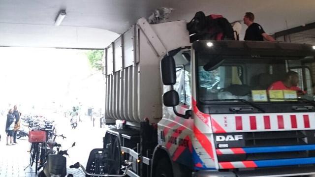Te hoge vrachtwagen rijdt dak kantoorpand Vijzelstraat stuk
