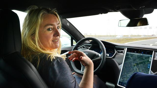 Minister Schultz in gesprek met telecombedrijven over automodus smartphones