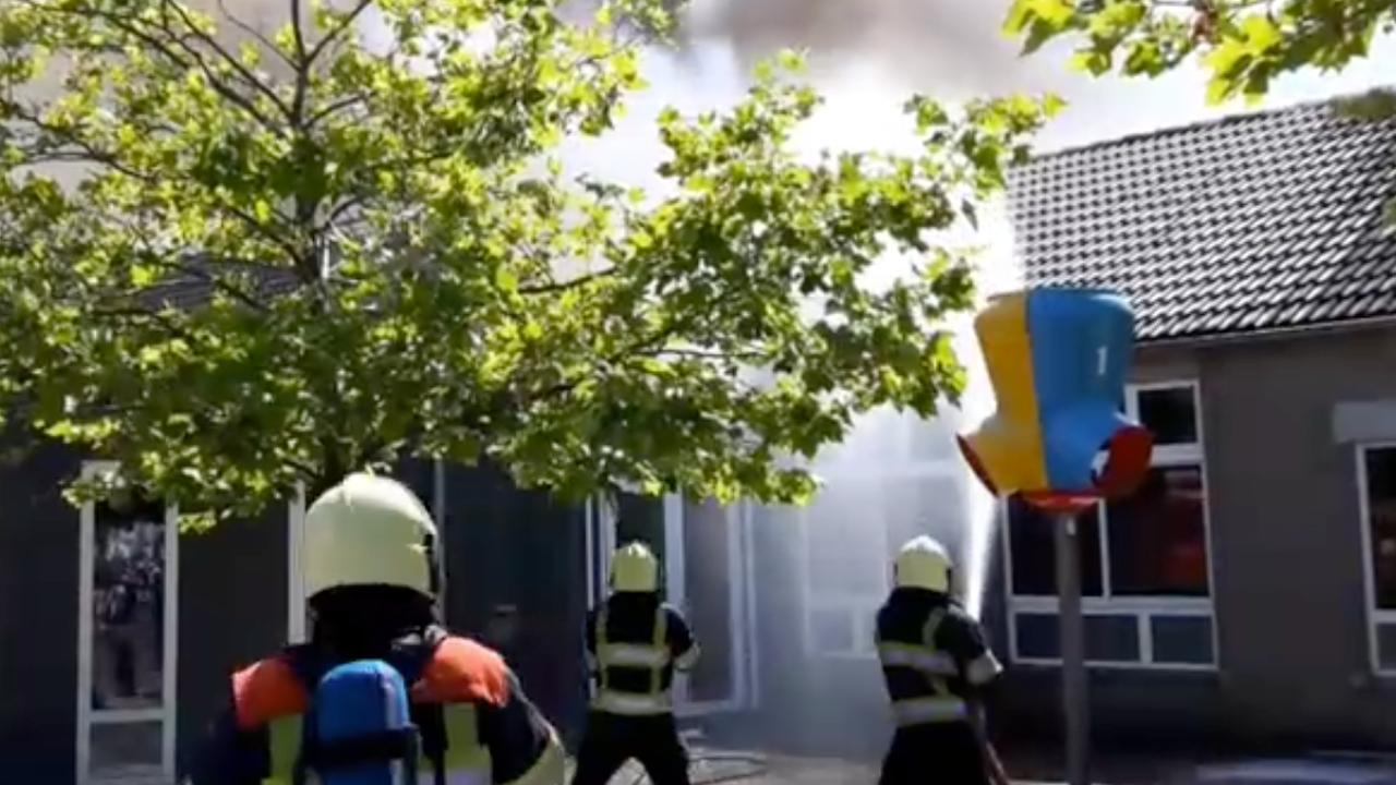 Brandweer Eindhoven blust grote brand in basisschool