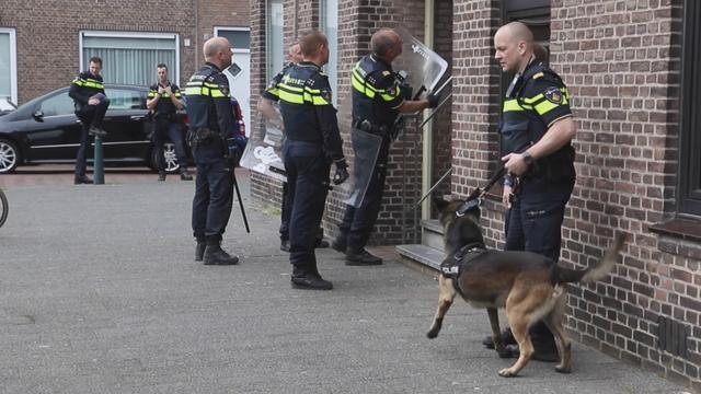 Politie schiet op verdachte na steken agent in Den Haag