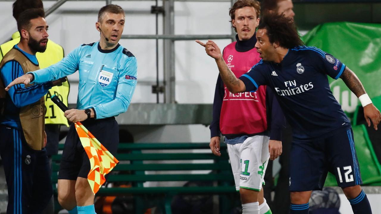 Marcelo bezorgt Arnold gele kaart met theatrale val