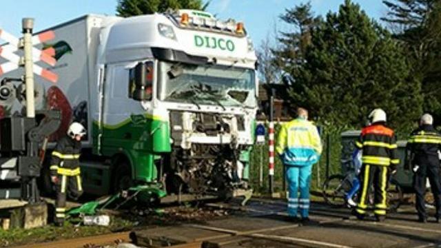 Trein rijdt op vrachtwagen tussen Tilburg en Gilze