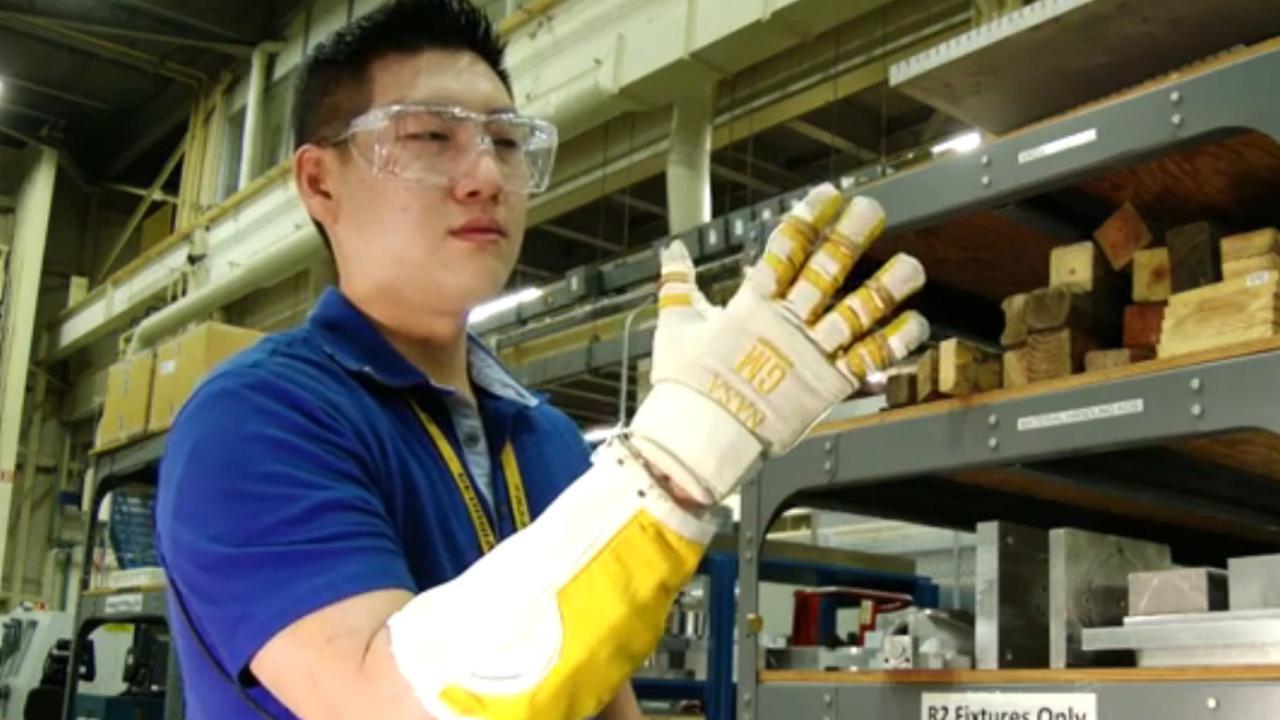 Robothandschoen voor astronauten ook op aarde gebruikt
